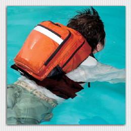 水に浮く防災セット浮いている様子